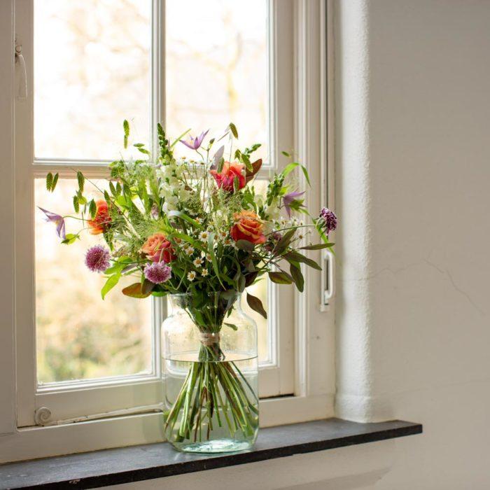veldboeket puur in het raam