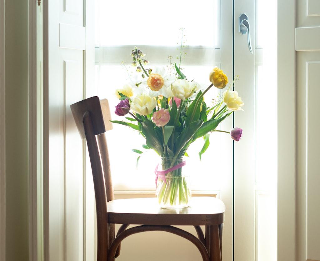 Bloemen In De Vaas Zetten