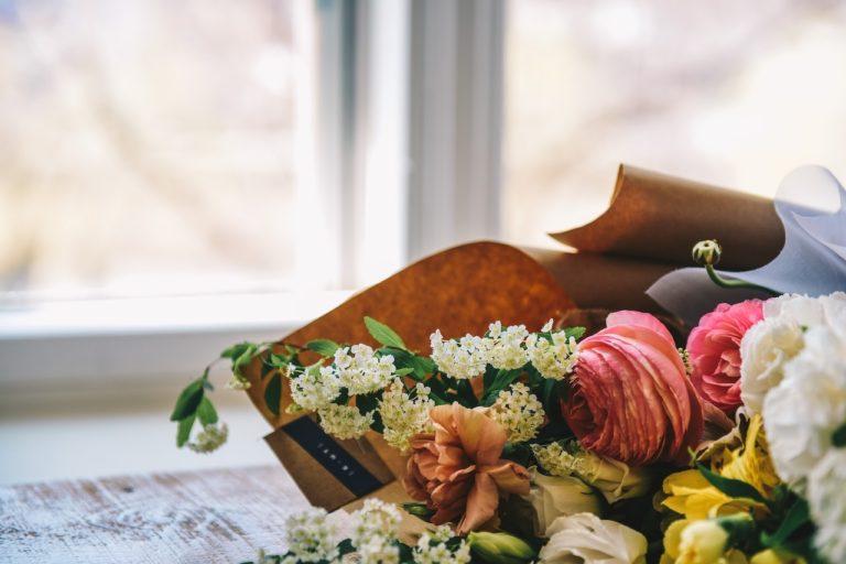 Kies je voor een rouwboeket, rouwstuk of sympathieboeket bij een uitvaart?